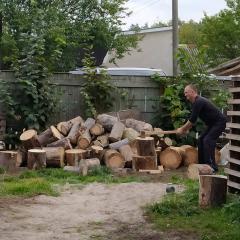 Вот так я на протезах рубаю дрова