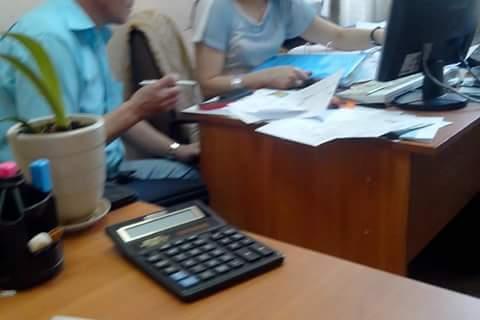 В голубом за столом  мошенники полицейские из Управления Образования, где мне не дали работать насильно против воли