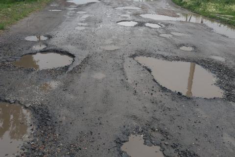 По цих дорогах(якщо можна так їх назвати) пересувається автотранспорт