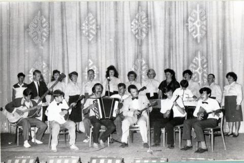Республика Казахстан, Бишкульский район, село Боголюбово. Очередной концерт. Я в белом костюме и с бабочкой.